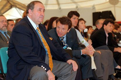 Jesús Gil (left) next to his son Jesús Gil Marín, during a GIL party conference in 1999.