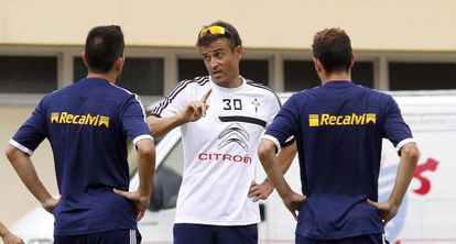 Enrique directs a Celta training session in Portugal.