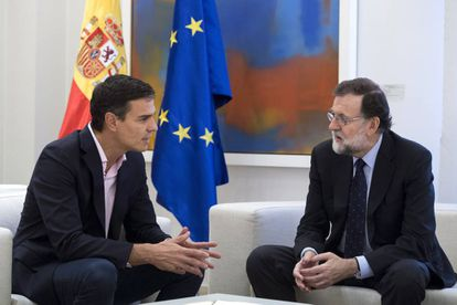Pedro Sánchez (l) and Mariano Rajoy at La Moncloa on Monday.