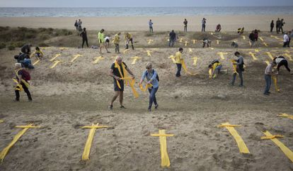 A protest with yellow towels on a beach in Mataró on Sunday.