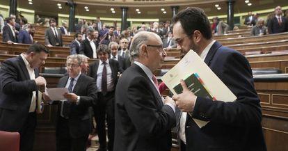 PSOE spokesperson Antonio Hernando and Finance Minister Cristóbal Montoro in Congress.