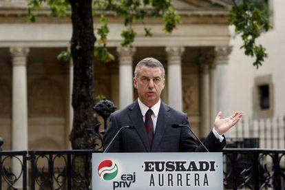 PNV candidate Iñigo Urkullu at an electoral act under the symbolic Oak of Gernika.