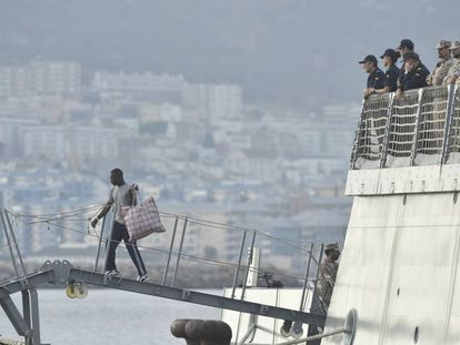 Rescued migrants disembark in Cádiz.