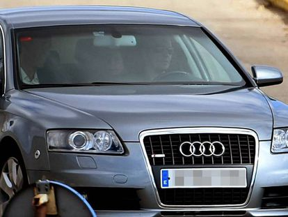 Catalan parliament speaker Carme Forcadell (c) is driven away from the Alcalá Meco prison in Madrid on Friday.