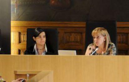 Montserrat Triana Martínez (l) with Isabel Carrasco.