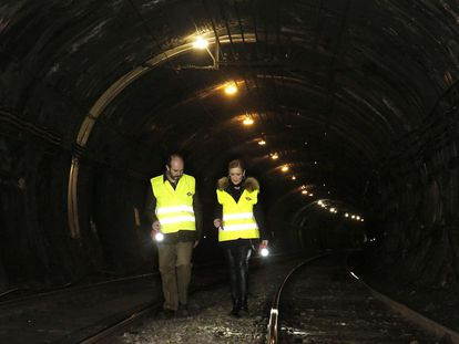 Cristina Cifuentes and Madrid regional transport chief Pedro Rollán visit the Line 1 tunnel earlier this month.