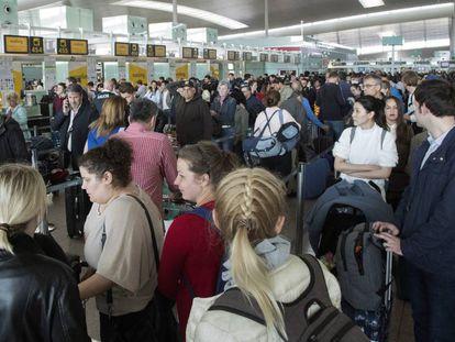 Colas en el control de pasaportes del Prat.