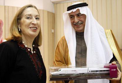 Public Worls Minister Ana Pastor presents Saudi Finance Minister Ibrahim Abdulaziz Al-Assaf with a gift.