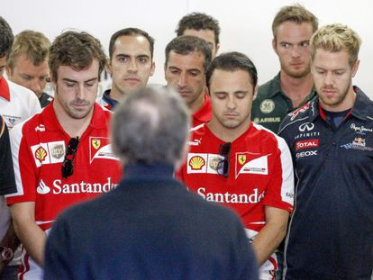 Formula 1 drivers observe a minute of silence to honor late Spanish racing driver María de Villota.