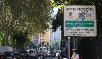 A sign warning of the upcoming restrictions in central Madrid.