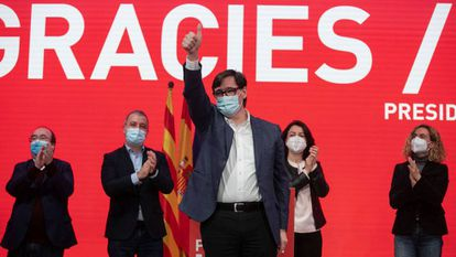 Salvador Illa (c), candidate of the Catalan branch of the Socialist Party, on Sunday.