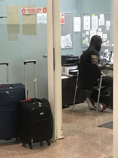 A Gambian citizen filling out a currency declaration form at El Prat airport in Barcelona.