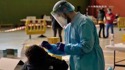 A health worker carries out a coronavirus test in Salvatierra (Álava).