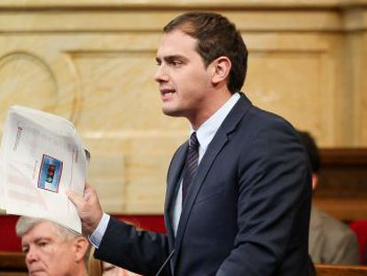 Ciutadans leader Albert Rivera holds up the report in the Catalan parliament on Wednesday.