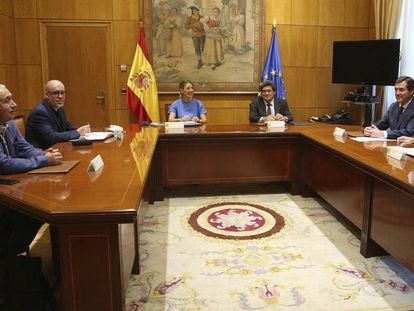 Labor Minister Yolanda Díaz (c) and Social Security Minister José Luis Escrivá (3rd l) meet with representatives from business associations and unions on Thursday.