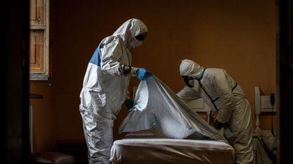 Disinfecting a room at Nuestra Señora de las Mercedes residence in El Royo (Soria).