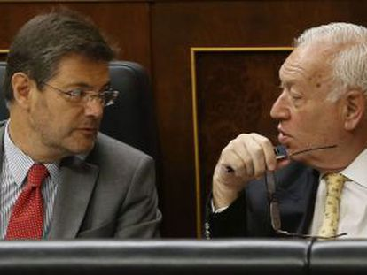 Justice Minister Rafael Catalá (l) speaks with Foreign Minister José Manuel García-Margallo in Congress on Thursday.