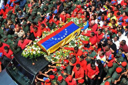 View of the hearse carrying the coffin of Venezuelan President Hugo Chávez while leaving Caracas' Military Hospital.