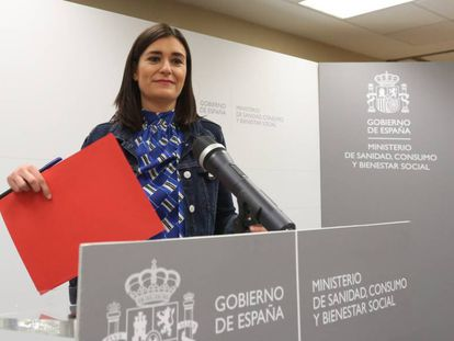 Carmen Montón appears before the press on Tuesday night to announce her resignation.