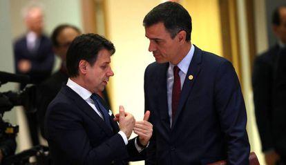 Italian Prime Minister Giuseppe Conte (l) speaks with Spanish Prime Minister Pedro Sánchez in 2019.