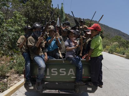 Footage of the armed children in José Joaquín de Herrera (Spanish audio).