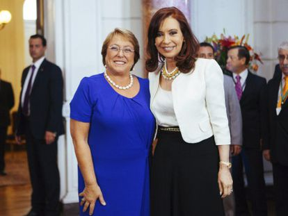 President-elect Michelle Bachelet (l) seen on Monday with Argentina's Cristina Fernández de Kirchner in Santiago.
