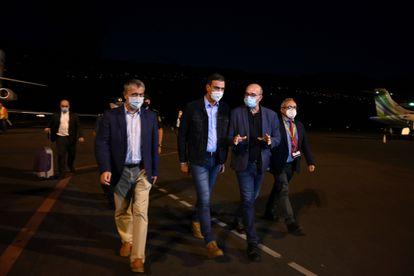 Prime Minister Pedro Sánchez (c) arrives in La Palma on Sunday evening.