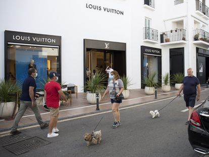 Tourists in front of luxury stores in Puerto Banús (Marbella).