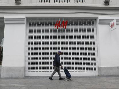 A closed H&M store on Madrid's Gran Vía.