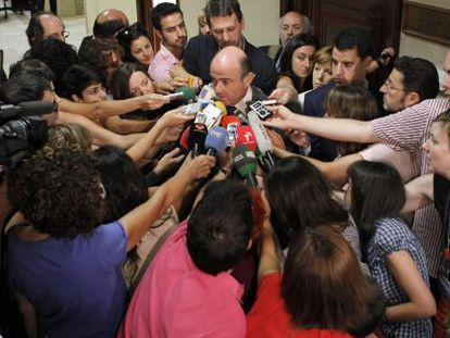 Finance Minister Luis de Guindos is mobbed by reporters after meeting with his French counterpart Wednesday.
