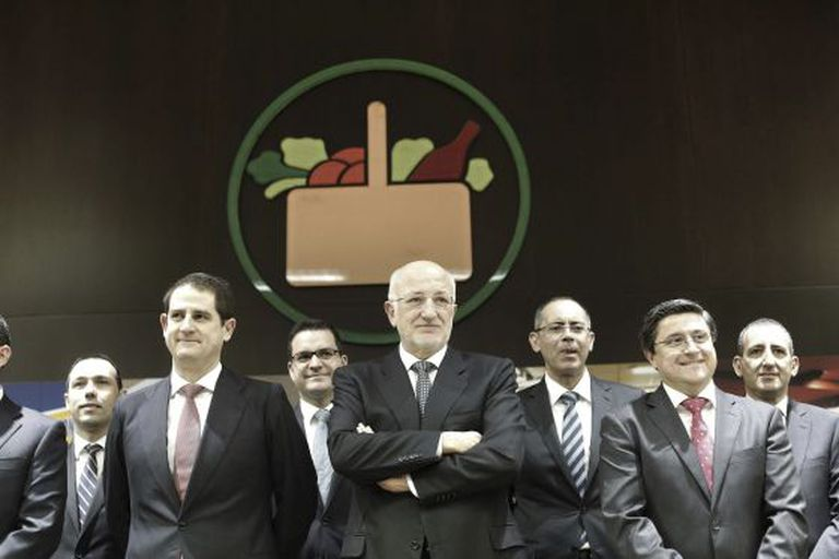 The chairman of Mercadona, Juan Roig, with the firm's team of directors.