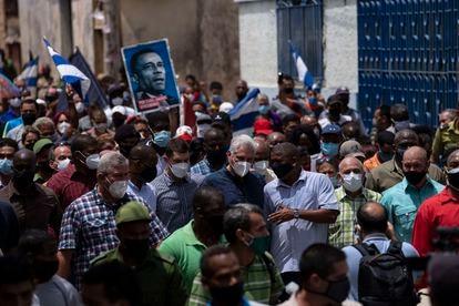 Cuban President Miguel Díaz-Canel in the streets of San Antonio de los Baños after the protests on Sunday.