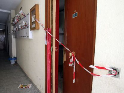 The door of one of the flats in the El Quiñón neighborhood, which was ransacked by squatters.