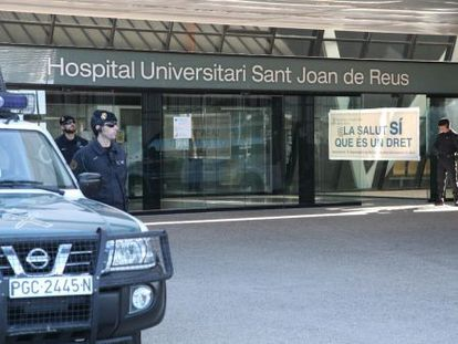 Civil Guard officers searching Sant Joan de Reus Hospital as part of the faulty orthopedics investigation.
