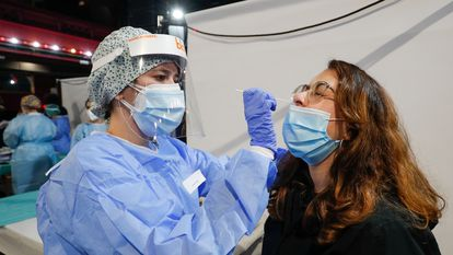 A health worker carries out an antigen test in Barcelona.