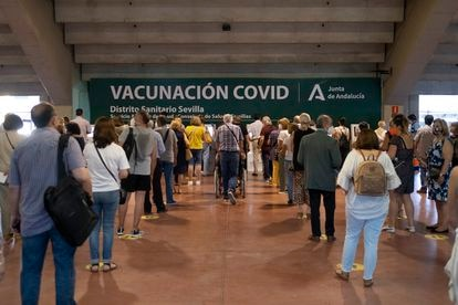 Citizens wait in line in at the Estadio Olímpico in Seville for the vaccination process.