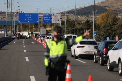 A police checkpoint on the border of the Madrid region and Castilla y León last year.