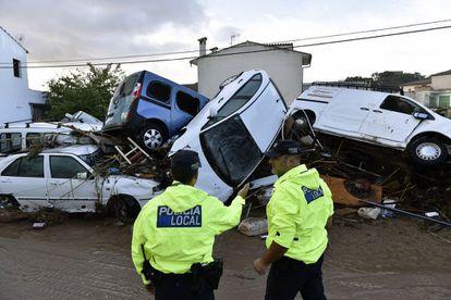 Local police inspect areas of damage in Llorenç des Cardassar (Mallorca).
