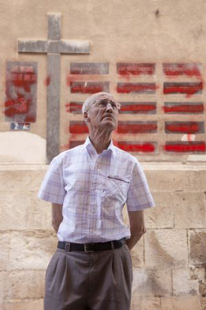 José Gallego in front of the plaques he defaced in Aspe.