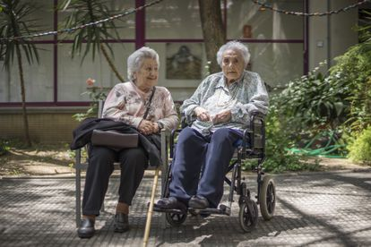 Ana Vela Rubio (r), aged 114 years and 221 days, with her daughter Ana in Barcelona in 2016.