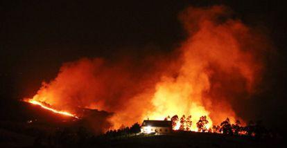 The Igueldo mountain in flames on Saturday, in San Sebastián.