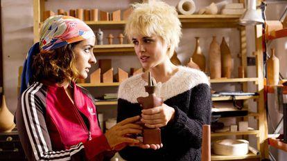 Inma Cuesta and Adriana Ugarte, in a scene from 'Julieta'.