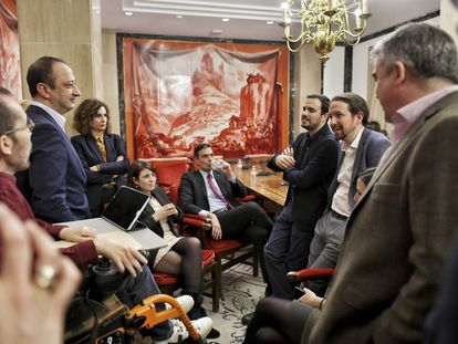 Politicians from the PSOE and Podemos chat on Monday evening after making details of their governing plan public. From left: Pablo Echenique, Alfonso Rodríguez Gómez de Celis, María Jesús Montero, Adriana Lastra, Pedro Sánchez, Alberto Garzón, Pablo Iglesias, Ione Belarra and Santos Cerdán.