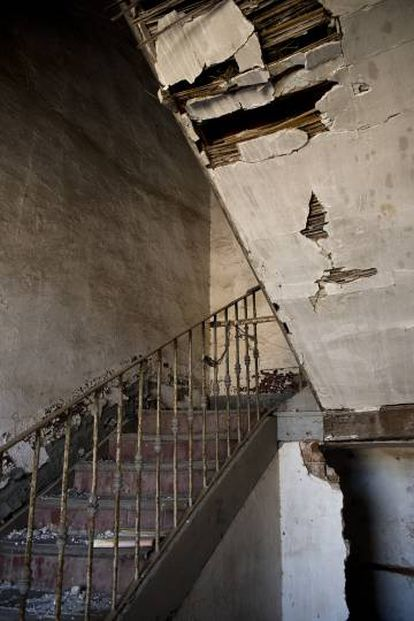 The crumbling staircase inside a building in Monfragüe (Cáceres).