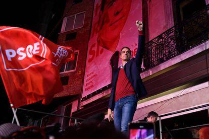 Sánchez celebrating outside PSOE headquarters on election night.