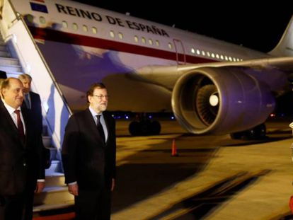 Spanish Prime Minister Mariano Rajoy (c) arrives in Argentina.