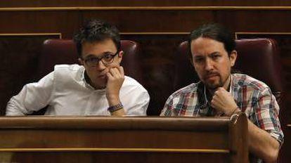 Iñigo Errejón (l) and Pablo Iglesias, of Podemos, are keeping close tabs on the PSOE.