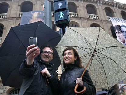 Valencia city officials Giuseppe Grezzi and Isabel Lozano in front of the new traffic lights.