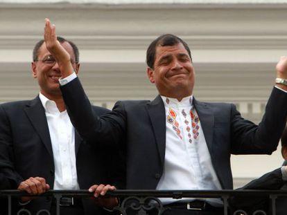 Correa (c) celebrates with Vice President Jorge Glass (l).