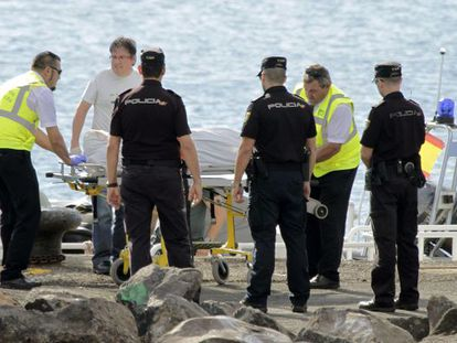 The body of one of the immigrants is moved by the authorities in Lanzarote